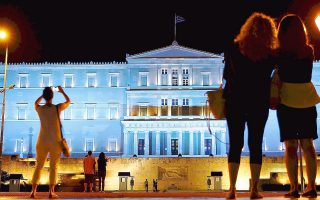 """Το φωταγωγημένο Κοινοβούλιο, σε πρόσφατη φωτογραφία, «είναι πιο """"διάσημο"""" πλέον από την Ακρόπολη»."""