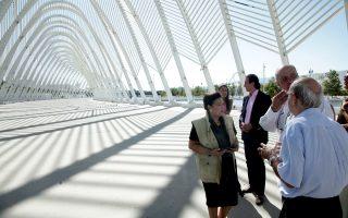 Η κ. Μαρίνα Λαμπράκη-Πλάκα ξεναγείται στο Ολυμπιακό Συγκρότημα Αμαρουσίου.