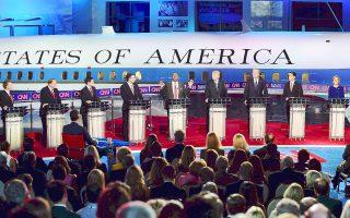 Οι Ρεπουμπλικανοί υποψήφιοι (από αριστερά προς δεξιά) Ραντ Πολ, Μάικ Χιούκαμπι, Μάρκο Ρούμπιο, Τεντ Κρουζ, Ντόναλντ Τραμπ, Τζεμπ Μπους, Σκοτ Γουόκερ και Κάρλι Φιορίνα παρακολουθούν την τοποθέτηση του Μπεν Κάρσον.