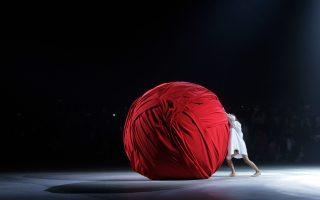 Ο Σίσσυφος της μόδας. Μια τεράστια κόκκινη μπάλα φτιαγμένη από ύφασμα που έσπρωχνε ένα μοντέλο, ήταν ένα από τα περφόρμανς  που εμφανίστηκαν στην  επίδειξη μόδας της φίρμας Jacquemus στο Παρίσι. Μάλλον ο μόδιστρος ήθελε να δείξει το ανώφελο αυτής της εφήμερης τέχνης.  (AP Photo/Thibault Camus)