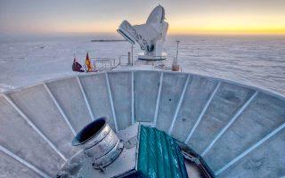 Ανταρκτική: ο ήλιος δύει πίσω από το BICEP2 (σε πρώτο φόντο) και το Τηλεσκόπιο του Νότιου Πόλου (στο βάθος).