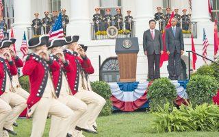Ο Αμερικανός πρόεδρος Μπαράκ Ομπάμα και ο Κινέζος ομόλογός του Σι Τζινπίνγκ παρακολουθούν το τιμητικό άγημα στον κήπο του Λευκού Οίκου, κατά τη χθεσινή, δεύτερη ημέρα της επίσημης επίσκεψης του προέδρου της Κίνας στην αμερικανική πρωτεύουσα.