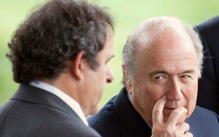 Η «Ντέιλι Τέλεγκραφ» υποστηρίζει ότι ο πρόεδρος της FIFA (δεξιά) «εξαγόρασε» την απόσυρση της υποψηφιότητας Πλατινί.