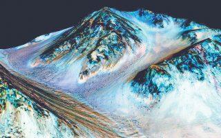 Σκουρόχρωμες και με μικρό πλάτος οι αύλακες στην επιφάνεια του πλανήτη Αρη. Σύμφωνα με τους επιστήμονες δημιουργούνται από ρέον ύδωρ.