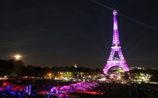 Λουσμένος στο ροζ φως ο Πύργος του Αϊφελ στο Παρίσι, στη διάρκεια του Μήνα Επαγρύπνησης για τον καρκίνο του μαστού.