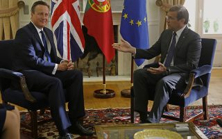 Portugal's Prime Minister Pedro Passos Coelho (R) talks with his British counterpart David Cameron during a meeting at St. Bento Palace in Lisbon on September 4, 2015.   AFP PHOTO/ JOSE MANUEL RIBEIRO