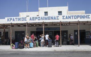 Η ουρά για το check in στο αεροδρόμιο Σαντορίνης φτάνει μέχρι το πεζοδρόμιο στις ώρες αιχμής.