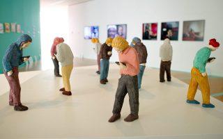 «Κοινωνικό δίκτυο»  (Social Network). Εργο του Γερμανού εικαστικού Πέτερ Πιτσιάνι (Peter Picciani), από την έκθεση «Hamster Hipster Handy. Under the Spellbound of the Mobile Phone». Μουσείο Εφαρμοσμένων Τεχνών της Φρανκφούρτης, Απρίλιος-Ιούλιος 2015.
