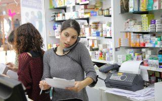 Υπέρ της συνταγογράφησης της δραστικής ουσίας είναι οι φαρμακοποιοί, καθώς δεν θα είναι πλέον υποχρεωμένοι να έχουν στα ράφια τους όλα τα γενόσημα δραστικών ουσιών που κυκλοφορούν στην αγορά.