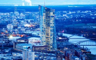 Το «κλαμπ πίεσης» υπέρ μιας «λελογισμένης» ανακεφαλαιοποίησης του εγχώριου χρηματοπιστωτικού συστήματος τελεί εν πλήρει δράσει μεταξύ Φρανκφούρτης και Βρυξελλών.