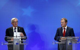 O πρόεδρος της Κομισιόν Ζαν-Κλοντ Γιούνκερ και ο πρόεδρος του Ευρωπαϊκού Συμβουλίου Ντόναλντ Τουσκ μετά τη σύνοδο κορυφής, προχθές, στις Βρυξέλλες.