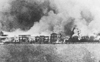 Η ώρα της καταστροφής. «Γιατί κάψαμε τη Σμύρνη; Γιατί φοβηθήκαμε ότι αν έμεναν τα κτίρια στη θέση τους, δεν θα μπορούσαμε να απαλλαγούμε από τις μειονότητες» γράφει ο Falih Rifki Atay, επιφανής Τούρκος δημοσιογράφος που ανήκε στο στενό περιβάλλον του Μουσταφά Κεμάλ.