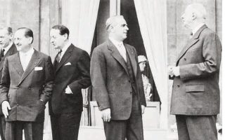 Ο Κωνσταντίνος Καραμανλής με τον Γάλλο πρόεδρο Σαρλ ντε Γκωλ. Στο βάθος ο Ευ. Αβέρωφ ανάμεσα στον Α. Μαρλό και τον Μ. Κουβ ντε Μιρβίλ.