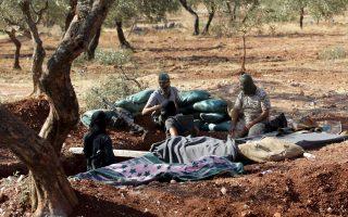 Μαχητές του σουνιτικού Μετώπου Νούσρα, που πρόσκειται στην Αλ Κάιντα, σε μια ανάπαυλα των εχθροπραξιών, έξω από τις σιιτικές πόλεις Κεφράγια και Αλ Φούα, κοντά στα σύνορα με τον Λίβανο.