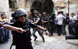Ισραηλινοί αστυνομικοί κάνουν χρήση χειροβομβίδων κρότου-λάμψης για να διαλύσουν Παλαιστίνιους διαδηλωτές στον μουσουλμανικό τομέα της Παλαιάς Πόλης της Ιερουσαλήμ.