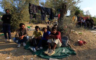 Καθημερινά στη Λέσβο φτάνουν περίπου 2.000 πρόσφυγες, οι οποίοι ταυτοποιούνται άμεσα και φεύγουν για την ηπειρωτική Ελλάδα. Ο δήμαρχος ζητεί την ίδρυση δύο ακόμα κέντρων ταυτοποίησης στο νησί.