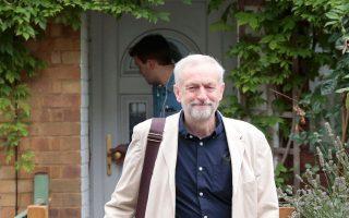 Ο Τζέρεμι Κόρμπιν βγαίνει από το σπίτι του στο Λονδίνο την Κυριακή, μία ημέρα μετά την εκλογή του στην ηγεσία του Εργατικού Κόμματος.