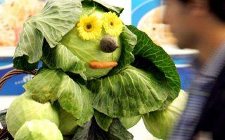 Ανδρείκελο από λαχανικά σε εμποροπανήγυρη στην Κολωνία. Αύξηση βάρους προκαλούν τα αμυλούχα λαχανικά.