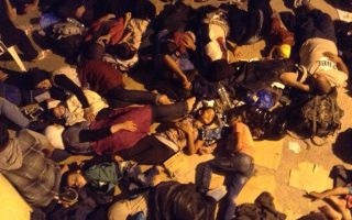 Πρόσφυγες κοιμούνται στην αυλή του Λιμεναρχείου Λέρου. Η φωτογραφία είναι από το Δίκτυο Αλληλεγγύης του νησιού.
