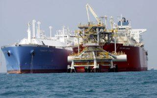 H διάδοση της χρήσης FSRU, πλωτών τερματικών αποθήκευσης και αεριοποίησης LNG (στη φωτογραφία δεξιά) εδράζεται στη διεύρυνση της μεταφοράς LNG με δεξαμενόπλοια (στη φωτ. αριστερά).