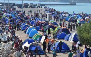 Μόνο στο λιμάνι της Μυτιλήνης, όπου έχει δημιουργηθεί ένας αχανής καταυλισμός, βρίσκονταν χθες πάνω από 10.000 μετανάστες, ενώ σε όλο το νησί μπορεί να ξεπερνούν τις 20.000. Ο δήμαρχος Λέσβου ζητεί να κηρυχθεί το νησί σε κατάσταση εκτάκτου ανάγκης, ενώ μεταξύ των μέτρων που σχεδιάζει η υπηρεσιακή κυβέρνηση περιλαμβάνεται η δημιουργία δύο ακόμη κινητών μονάδων καταγραφής των μεταναστών.