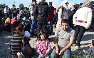 Οικογένεια από τη Συρία περιμένει να συνεχίσει το ταξίδι της προς το Βερολίνο από το αεροδρόμιο του Σένεφελντ, έξω από τη γερμανική πρωτεύουσα.