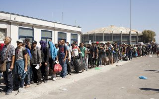 Ουρές μεταναστών περιμένουν στο λιμάνι Μυτιλήνης προκειμένου να επιβιβασθούν στο πλοίο για τον Πειραιά.