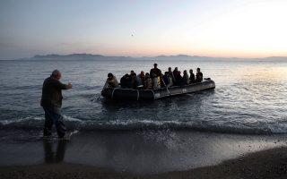 Ενας άντρας βοηθά Σύρους πρόσφυγες που φθάνουν με βάρκα στην Κω. Η Ε.Ε. πρέπει να επενδύσει δισ. ευρώ στις περιοχές που γειτνιάζουν με τις χώρες της κρίσης.