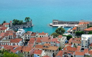 Η θέα του λιμανιού στη Ναύπακτο, από το κάστρο της πόλης.