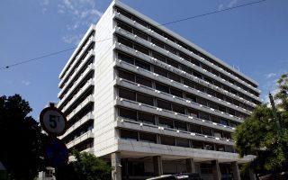 Για την επιτάχυνση και τον καλύτερο συντονισμό του δύσκολου εγχειρήματος, το υπουργείο Οικονομικών ανακοίνωσε χθες τη σύσταση Ειδικής Ομάδας Εργασίας, στην οποία μετέχουν το υπουργείο, η Τράπεζα της Ελλάδος και το Ταμείο Χρηματοπιστωτικής Σταθερότητας. Στόχος η άμεση επεξεργασία του πλαισίου επιλογών σχετικά με την ανακεφαλαιοποίηση.