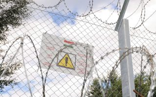 Πινακίδα προειδοποιεί για την ύπαρξη του φράχτη μεταξύ Σερβίας και Ουγγαρίας.