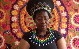 Η Κλικ Νγκουέρε από τη Ζιμπάμπουε, που από το 1993 ζει στην Ελλάδα, είχε την ιδέα μέσα στο σακίδιο να μπει και ένα σημειωματάριο.