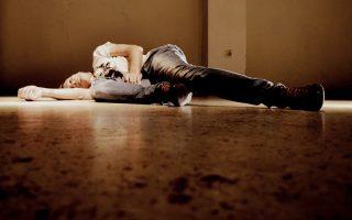 Ο μουσικός Αντρέ Μπέντζαμιν ενσαρκώνει τον Τζίμι Χέντριξ, δίπλα του η Ιμοτζεν Πουτς ως Λίντα Κιθ.