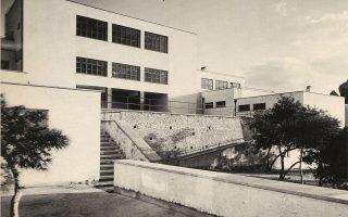 Το δημοτικό σχολείο στα Πευκάκια στα μέσα της δεκαετίας του '30. Πηγή: Πάτροκλος Καραντινός (επιμ.), Τα νέα σχολικά κτίρια, ΤΕΕ, Αθήνα, 1938.
