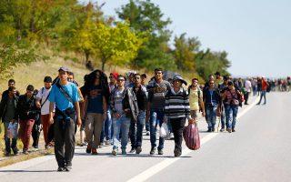 Σύροι πρόσφυγες –προκειμένου να αποφύγουν την επικίνδυνη διαπεραίωση στη χώρα μας μέσω του Αιγαίου– βαδίζουν ομαδικά σε δρόμο που οδηγεί από την Αδριανούπολη προς τα σύνορα της Τουρκίας με την Ελλάδα, βορειοανατολικά της Ορεστιάδας.
