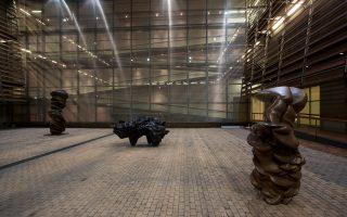 Μια άποψη του αιθρίου του Μουσείου Μπενάκη, με έργα του Κραγκ.