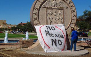 Πανό με το σύνθημα «Οχι σημαίνει Οχι» τοποθετεί η φοιτήτρια Ρ. Ελντερ στον θυρεό του Πανεπιστημίου Τέξας Τεκ στο Λούμποκ, διαμαρτυρόμενη για κρούσματα βιασμών από μέλη αδελφότητας του πανεπιστημίου.