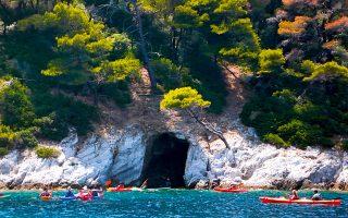 Μέσα και έξω από τη σπηλιά της Δασιάς τα νερά είναι κρυστάλλινα και κάθε βουτιά απολαυστικότατη. (Φωτογραφία: ΒΑΣΙΛΙΚΗ ΚΕΡΑΣΤΑ)