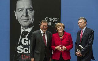 Σε ένα μάθημα πολιτικού πολιτισμού μεταξύ αντιπάλων, η Γερμανίδα καγκελάριος Αγκελα Μέρκελ και ο προκάτοχός της Γκέρχαρντ Σρέντερ ποζάρουν μαζί για τους φωτογράφους κατά τη διάρκεια της παρουσίασης της πολυσέλιδης βιογραφίας του πρώην ηγέτη του SPD.