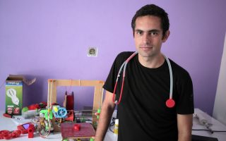 Ο δρ Τάρεκ Λουμπάνι ποζάρει στον φακό με το «τυπωμένο» στηθοσκόπιο γύρω από τον λαιμό του.