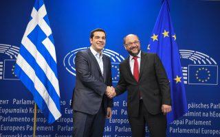 Θερμή χειραψία του Ελληνα πρωθυπουργού Αλ. Τσίπρα με τον πρόεδρο του Ευρωκοινοβουλίου Μάρτιν Σουλτς χθες στις Βρυξέλλες.