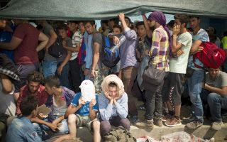 Μόνο στο λιμάνι της Μυτιλήνης βρίσκονταν χθες πάνω από 10.000 μετανάστες, ενώ σε όλο το νησί εκτιμάται ότι ο αριθμός τους ενδέχεται να ξεπερνάει τις 20.000.