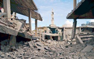 Εικόνα απόλυτης ερήμωσης έδινε χθες η πόλη Ταλμπισέχ, στην κεντρική επαρχία Χομς. Ο φωτογραφικός φακός δεν θα μπορούσε να διακρίνει εάν οι καταστροφές προκλήθηκαν από τις μακρόχρονες εμφύλιες συγκρούσεις, από τους ρωσικούς βομβαρδισμούς που έπληξαν την περιοχή ή και από τα δύο.