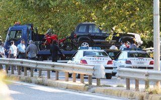 Εξι κλεμμένα αυτοκίνητα και δύο μοτοσικλέτες με πλαστές πινακίδες εντοπίστηκαν στον εξωτερικό χώρο της αποθήκης.