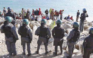 Πρόσφυγες και μετανάστες καταφεύγουν στα βράχια της Βεντιμίλια, καθώς η αστυνομία τούς προειδοποίησε ότι θα διαλύσει τον καταυλισμό τους.