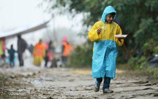 Φαγητό μεταφέρει στους γονείς του αυτός ο μικρός πρόσφυγας στο σερβικό χωριό Μπερκάσοβο.