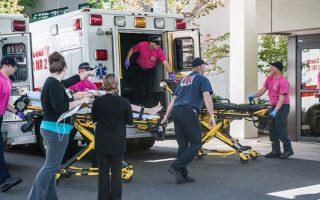 Τραυματίας μεταφέρεται στο νοσοκομείο της πόλης Ρόζεμπουργκ, στο Ορεγκον των Δυτικών ΗΠΑ. Δεκατρία άτομα έχασαν τη ζωή τους από τα πυρά ενόπλου που εισέβαλε στο Πολιτειακό Πανεπιστήμιο Ούμπκουα χθες το πρωί, ενώ περίπου 20 τραυματίσθηκαν.