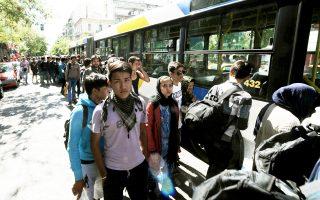 Με λεωφορεία του ΟΑΣΑ μεταφέρθηκαν χθες το πρωί στο κλειστό γυμναστήριο Γαλατσίου 1.000 πρόσφυγες που είχαν καταλύσει στην πλατεία Βικτωρίας. Δεν έλειψαν τα παρατράγουδα όταν άτομα από την οργάνωση ΚΕΕΡΦΑ (Κίνηση Ενωμένοι Ενάντια στον Ρατσισμό και τη Φασιστική Απειλή) προσπάθησαν να εμποδίσουν τα λεωφορεία να φτάσουν στην πλατεία για να παραλάβουν τους πρόσφυγες, οι οποίοι είχαν ενημερωθεί και είχαν μαζέψει σκηνές και υπάρχοντα.