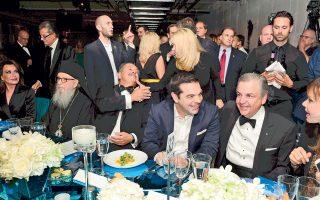 Στιγμιότυπο από το 3ο ετήσιο δείπνο της Ελληνικής Πρωτοβουλίας στη Νέα Υόρκη. Εντύπωση μου προκαλεί η απόσταση (ασφαλείας;) της Γιάννας...