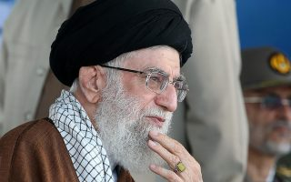 Ο αγιατολάχ Αλί Χαμενεΐ παρακολουθεί τελετή αποφοίτησης ναυτικών δοκίμων του Ιράν στην πόλη Νοσάρ.